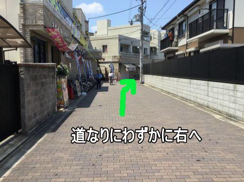 左手にパチンコ店があり、道なりに進みます